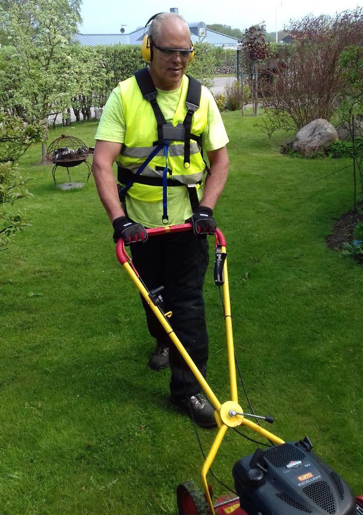 Vi hjälper dig med gräsklippning, kantklippning och annan trädgårdsskötsel.